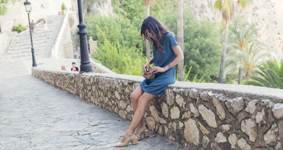 look de street style con vestido de american vintage en color azul cobalto de corte recto y frunce en la espalda, bolso acolchado dorado y zapatos de ante destalonados de Zara