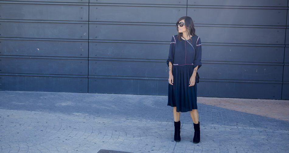 look de street style con vestido de Kiabi de estilo años 70 y aires folk con mangas abullonadas, detalle de bordados en hombros y vuelo en la falda.