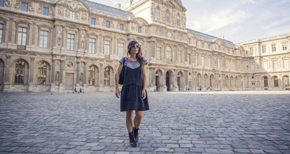 look de street style con vestido negro estilo lencero de american vintage, camiseta debajo de eleven parís y botas doctor martens
