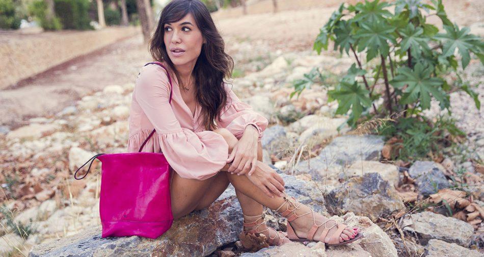 look de street style con blusa con mangas abullonadas en rosa empolvado de sheinside, shorts denim de mango en color negro, sandalias anudadas en el tobillo y bolso fucsia de hakei