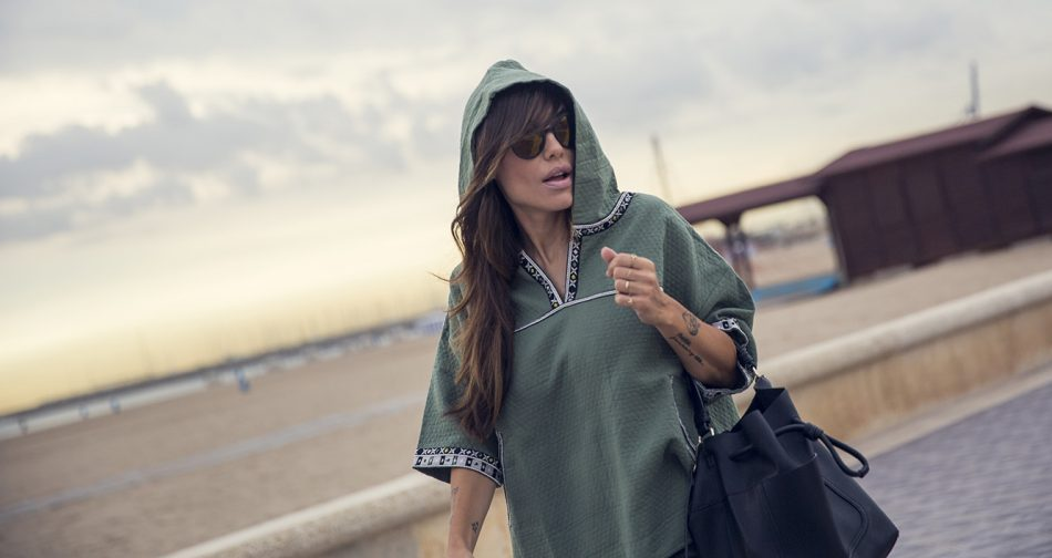 look de street style con sudadera con capucha en color verde militar de hakei, jeans negros, nike airmax blancas y bolso estilo saco bandolera de Zara