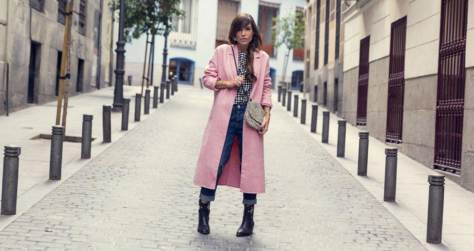 look de street style con abrigo de lana rosa de Zara, blusa estampada con cuadros vichy, jeans estilo boyfriend con rotos y botas negras estilo cowboy