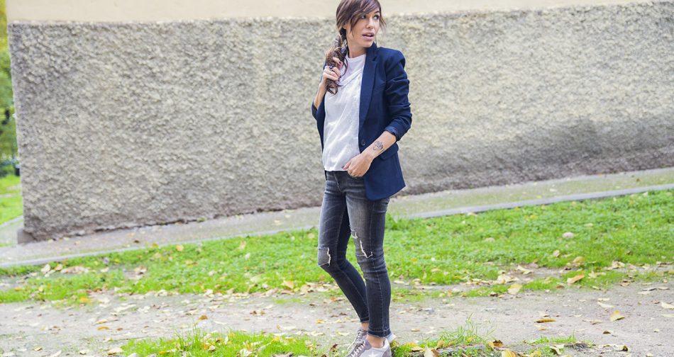 look de street style con blazer en azul marino, camiseta doble de algodón y super posición de tirantes de hilo de plata de mango, jeans desgastados grises y deportivas con estampado de estrella de Hakei