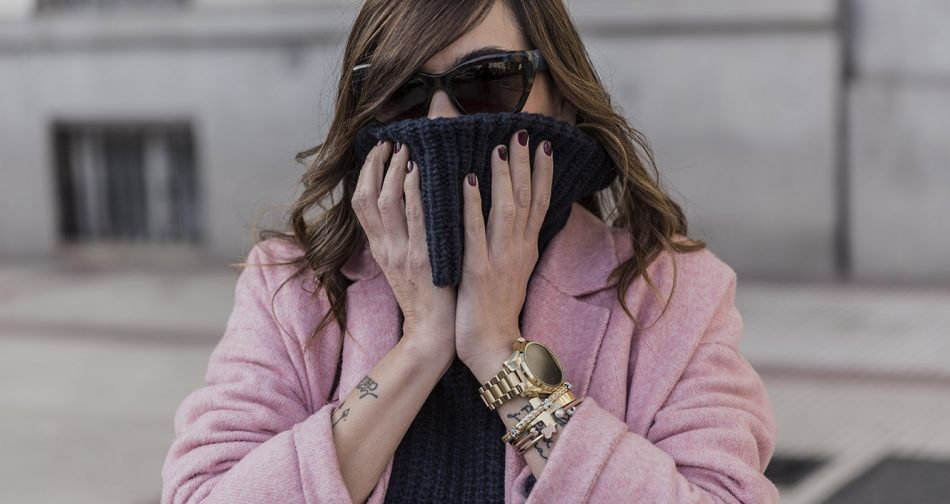 look de street style con abrigo largo rosa de Zara, jersey de cuello alto azul, jeans de Pepe Jeans, Adidas, bolso de Marc Jacobs y reloj de Michael Kors