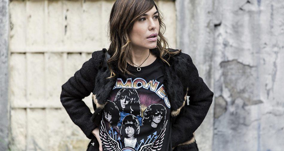 street style con camiseta de Ramones de Zara, pantalones estilo leggings con volante en el bajo y detalle de anillas