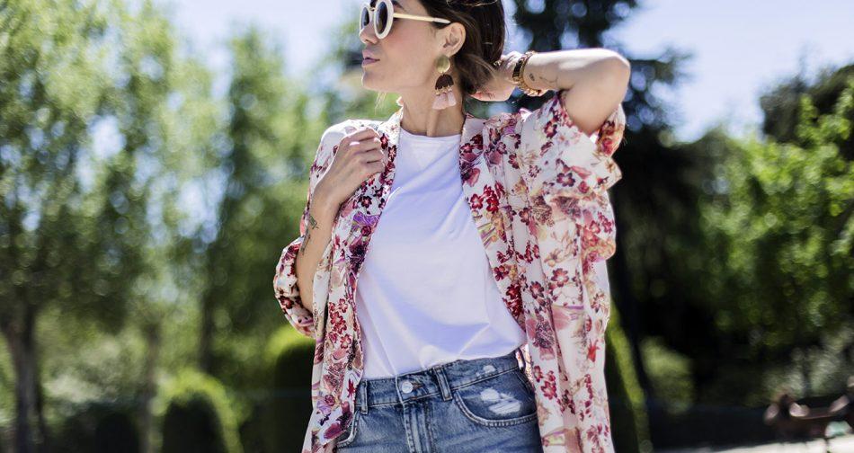 look de street style con kimono de flores, camiseta blanca, jeans, botines de pura lópez gafas de sol blancas