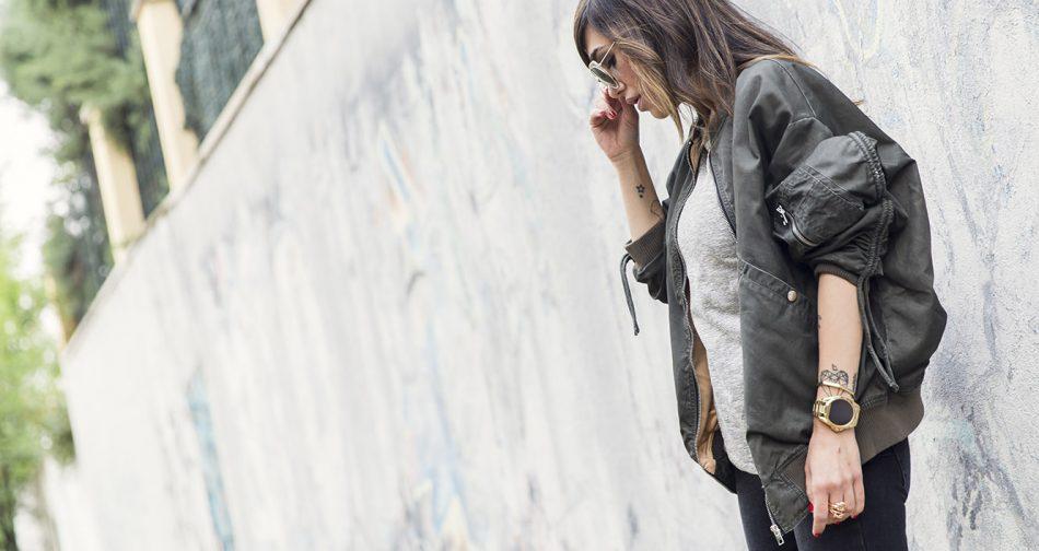 street style con bomber en verde de Zara, pitillos negros y bolso 2.55 de Chanel