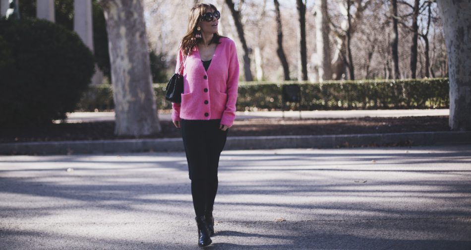 Bárbara Crespo street style / Pink cardigan / Black Dress from American Vintage / Sunglasses from Prada / Shoes from Zara / Pink long earrings from Mango. Trendy outfit