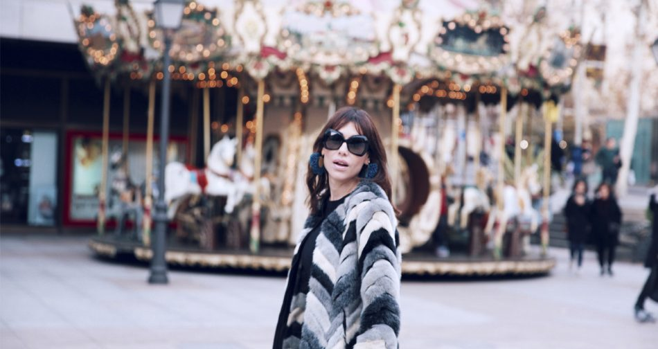 Bárbara Crespo street style / Fur jacket / flared jeans from Mango / Sunglasses from Chanel / 2.55 bag from Chanel. Trendy outfit