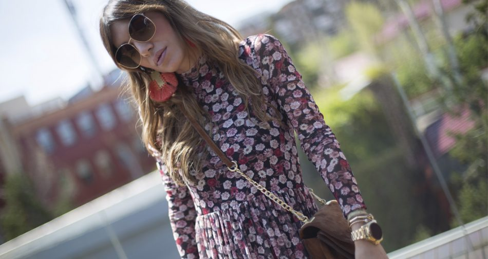 flower print dress / NA-KD / Bárbara Crespo. Denim jacket / Cazadora: NA-KD. Dress / Vestido: NA-KD. Suede Bag / Bolso: Zara. Watch / Reloj: Michael Kors. Earrings / Pendientes: Mango. Boots / Botines: Mango. Sun Glasses / Gafas de sol: Kiabi