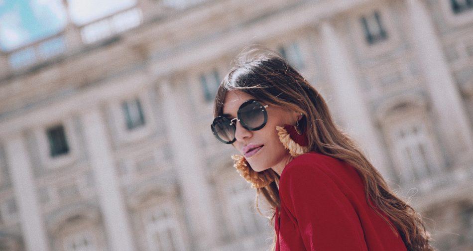 Bárbara Crespo streetstyle. Red blazer. T-shirt / Camiseta: Tees and Dreams. Shoes / Zapatos: Zara. Sun Glasses / Gafas de sol: Miu Miu. Earrings / Pendientes: Mango.